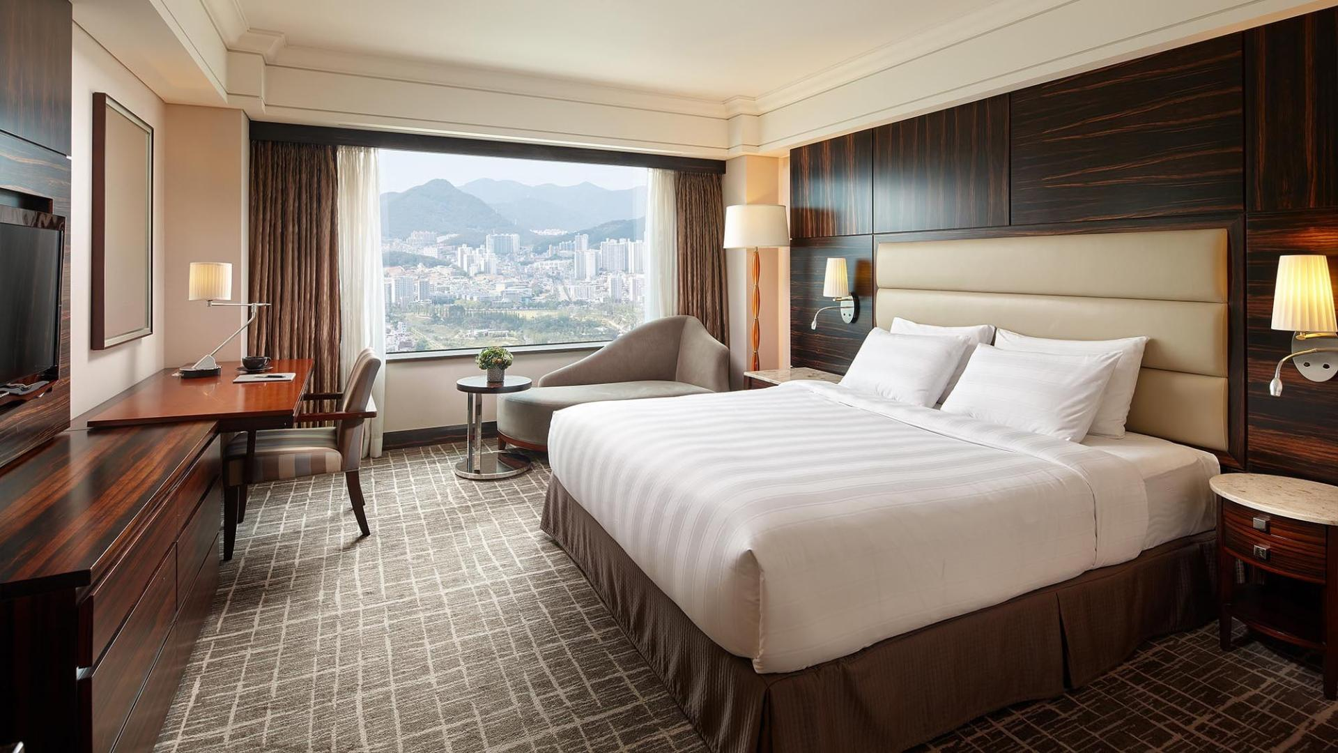 Lotte Hotel Busan-Rooms-Standard-Deluxe Room